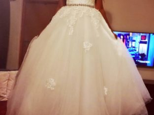 Elegant A-line lace wedding dress